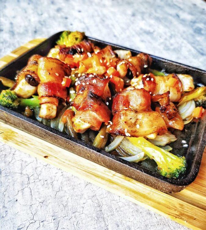 Куриное филе в беконе с овощами и рисом